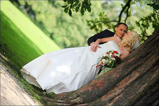 Brautpaar im Schlosspark Herten bei Hochzeitsfotos