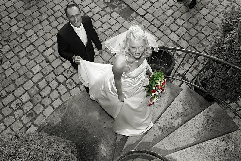 Hochzeitspaar auf der Treppe