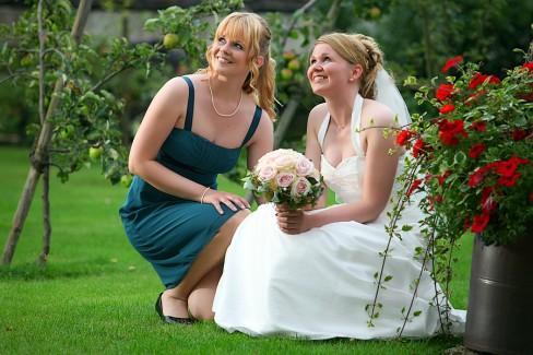 Hochzeitsfoto im Garten der Braut