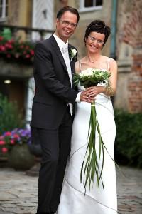 Braut und Bräutigam mit dem Brautstrauß
