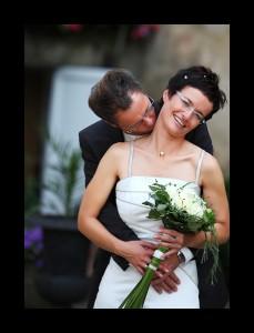 Bräutigam küsst den Hals der Braut