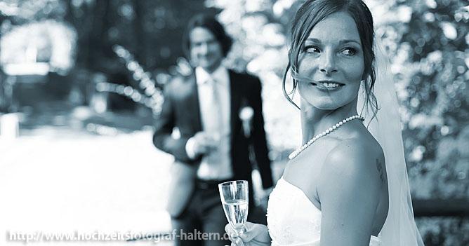 Die Braut schaut zur Trauzeugin während der Bräutigam wartet