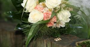 Brautstrauss und goldene Ringe