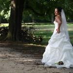 Braut mit langem Kleid und Schleier