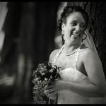 Braut mit Braustrauss schaut zur Seite