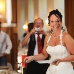Feier macht hungrig. Hier die Braut beim Hochzeitsessen in Buffet Form